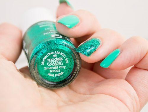manucure rapide et simple à réaliser avec emerald city de Models Own et Green Berry de Barry M. parfaite pour l'été