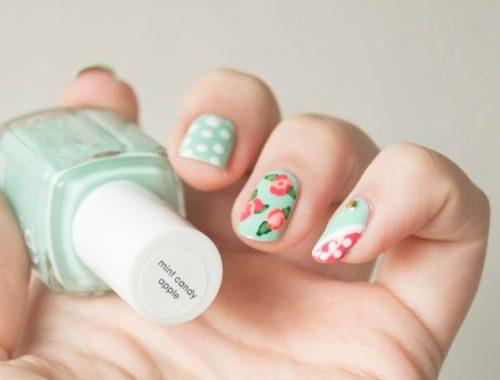 manucure nail art fleuri avec Essie Mint Candy Apple et Cute as a Button coloré, rapide et facile à réaliser parfait pour le printemps