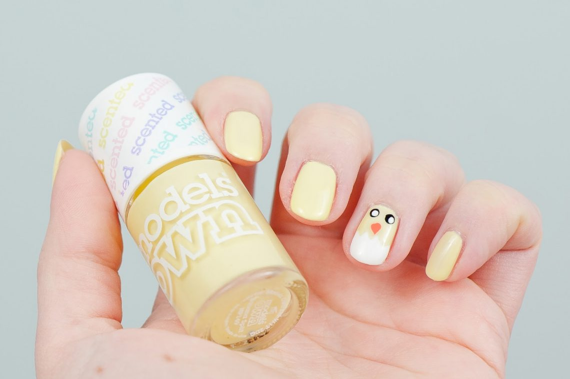 une manucre nail art printanière au motif poussin et carottes pour Pâques avec des vernis pastel facile et rapide à réaliser