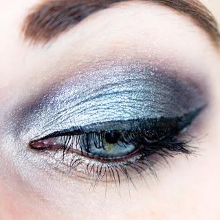 eye makeup maquillage yeux bleus avec la palette skeek enchanted forest closeup
