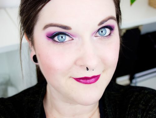 Maquillage rose électrique avec Sleek blog beauté palette celestial makeup eyes yeux bleus pink blue