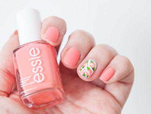 Une manucure nail art rose à fleursfacile à réaliser parfait pour le printemps