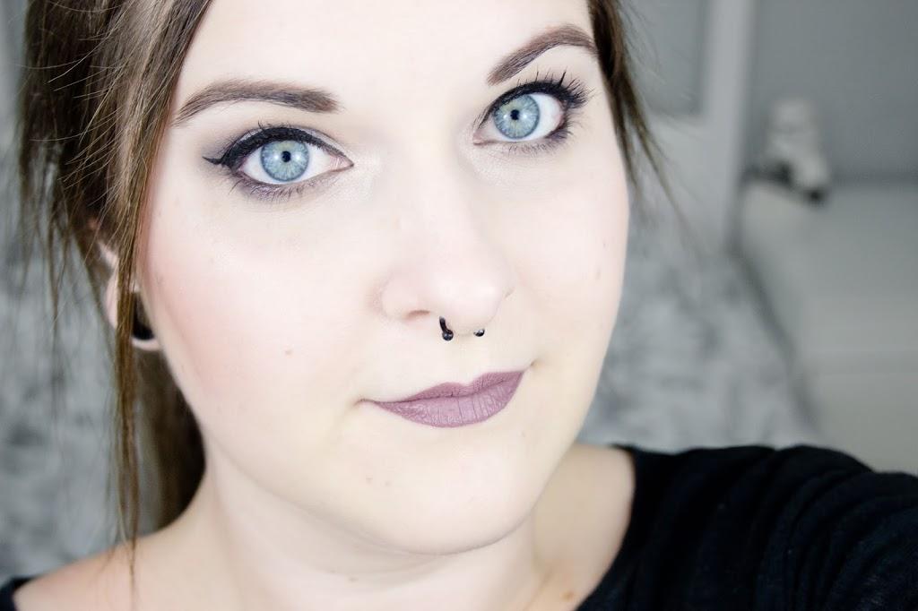 Look complet maquillage hivernal gris mauve avec la palette de fards à paupière Naked Smoky d'Urban Decay et le rouge à lèvres liquide Nyx Lingerie Embellischment