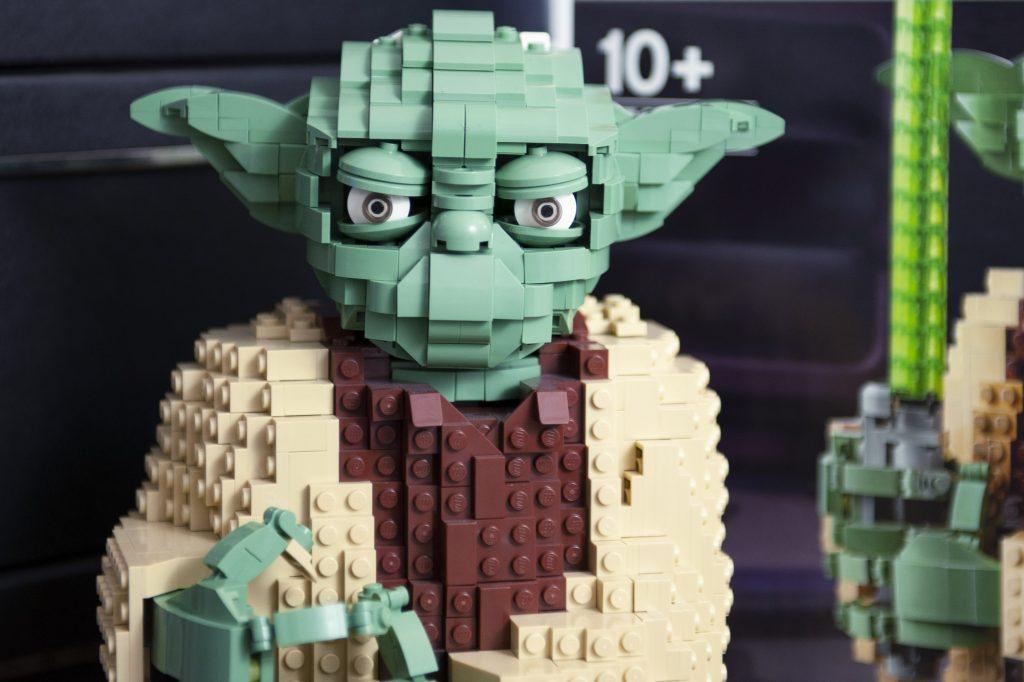 blog geek revue de set Lego Star Wars Yoda 75255 détail de la tête et des yeux inclinables